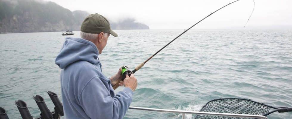 un homme sur un bateau de peche
